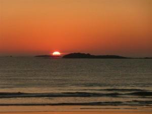 Lentement, le Soleil se couche derrière Téviec et Basse Lédan