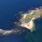 L'île de Téviec vue du ciel, en face de la plage de Penthièvre et de la Villa Ventolera
